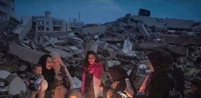 احتفال أسرة فلسطينية بعيد ميلاد طفلها