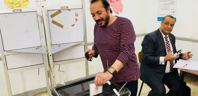 """علي الحجار يدلي بصوته في الانتخابات: """"الرهان عليك يا مصري.. انزل"""""""