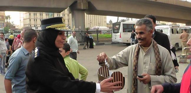 """""""أمن الجيزة"""" يوزع """"شوكولاتة"""" على المواطنين في الميادين العامة"""