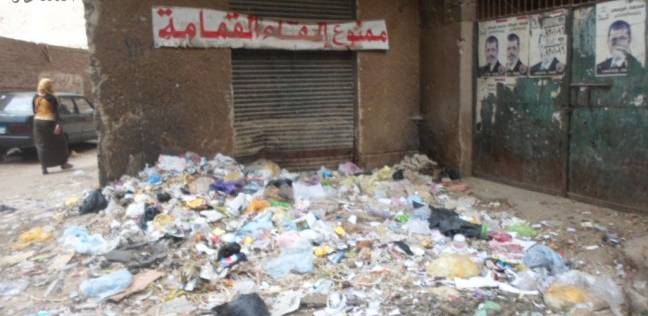القمامة تتحدى لافتة «ممنوع إلقاء القمامة» فى عين شمس