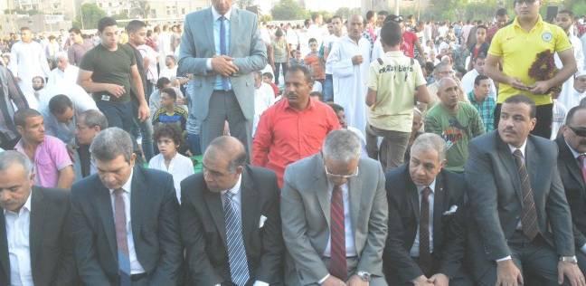 محافظ المنيا يؤدي صلاة العيد بساحة مدرسة الفريق صفي الدين أبو شناف