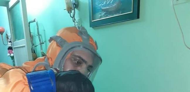«محمد» يجهز الإسعافات لجيرانه