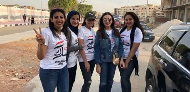 أنغام تدلي بصوتها في الانتخابات بمدينة الشروق.. وتلتقط صورا مع معجبيها