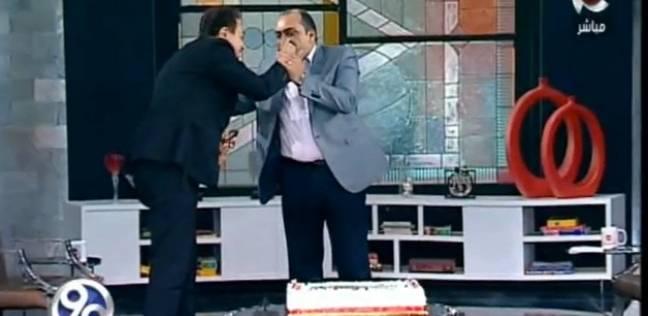 بالفيديو  الباز يهدي حكيم