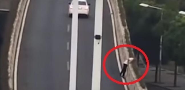 بالفيديو| سائق يقفز من فوق جسر هربا من اختبار المخدرات