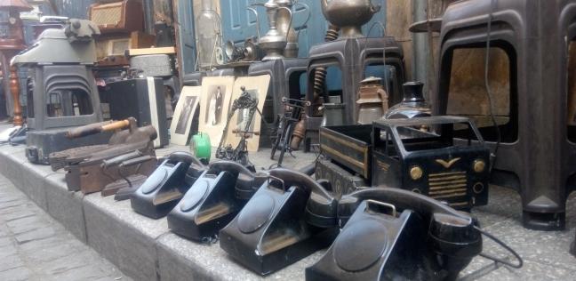 بينما يبيع «خالد» مقتنياته فى «المعز».. سمعناه يغنى: مين يشترى التحف منِّى؟