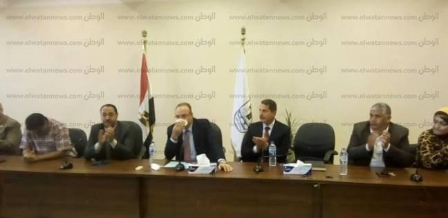 بالصور| بالبكاء.. محافظ بني سويف السابق يودع نواب وتنفيذيي المحافظة
