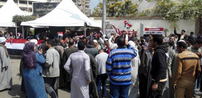 مواطنون يتوافدون على لجان مدرسة بميدان الحجاز للمشاركة في الاستفتاء