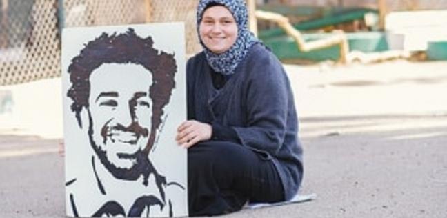 إيمان مع إحدى لوحاتها