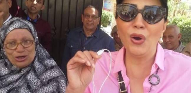وصول الفنانة وفاء عامر للإدلاء بصوتها في لجنة جمال عبدالناصر بالدقي