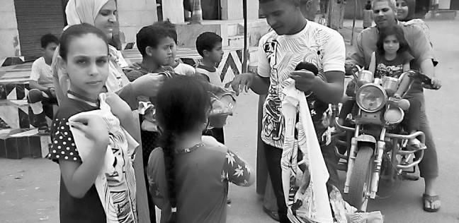 «حسوب» احترف بيع «تى شيرتات مومو صلاح» فى قريته