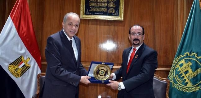 محافظ القليوبية يكرم مدير إدارة التخطيط والمتابعة لرفضه رشوة