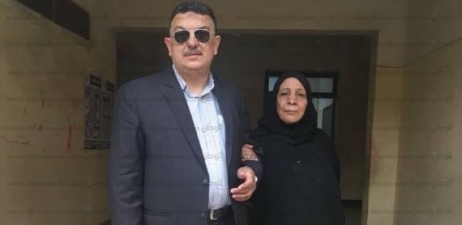 """والدة الشهيد أبو النور تدلي بصوتها: اخترت السيسي """"علشان اخد تار ابني"""""""