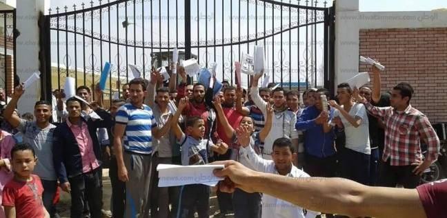 وقفة احتجاجية لشباب في المحمودية أمام محطة المياه للمطالبة بالتعيين