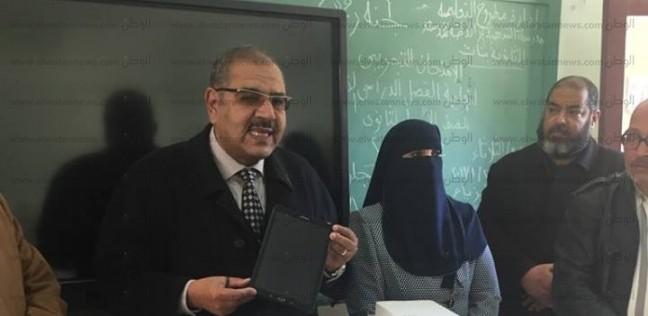 """وزير التعليم ينشر أول فيديو لتسليم """"التابلت"""" لطلاب الثانوية العامة"""