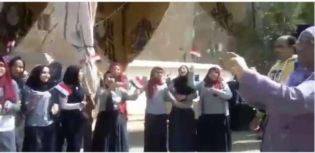 """طالبات يرقصن بالأعلام على أنغام """"قالوا إيه"""" أمام لجان الانتخابات بشبرا"""