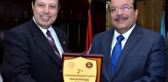 رئيس جامعة طنطا يتسلم درع المؤتمر الدولي الثاني للأمراض العصبية