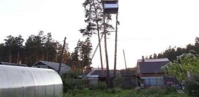فيديو| عجوز يبني منزلا داخل حديقة جيرانه أثناء غيابهم.. ويشكيهم للشرطة
