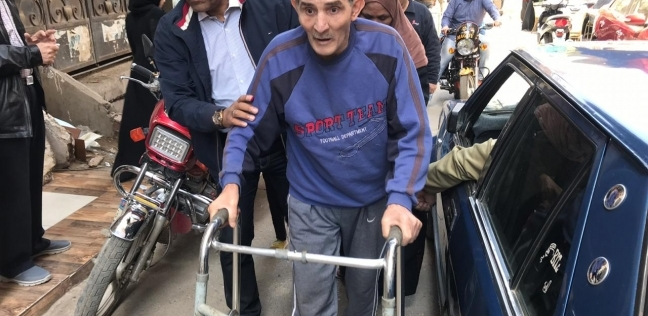"""سبعيني على """"مشاية طبية"""" يشارك في الاستفتاء.. """"انزل لبلدي لو زاحف"""""""