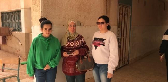 ناخبة تصطحب أولادها للمشاركة في الاستفتاء: حق بلدهم عليهم يدعموها