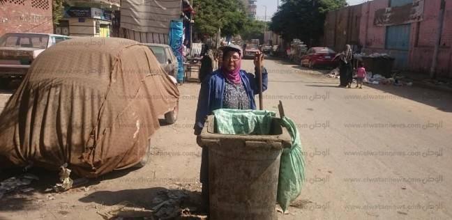 """عزيزة رفضت التسول بعد وفاة زوجها.. وعلّمت أبنائها من """"جمع القمامة"""""""