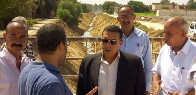 رئيس مركز ملوي يتابع أعمال تطهير مخرات السيول بالقرى