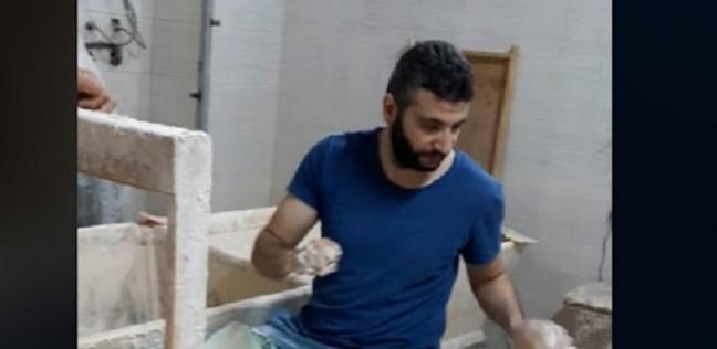 «سامح» خلال عمله بالمخبز