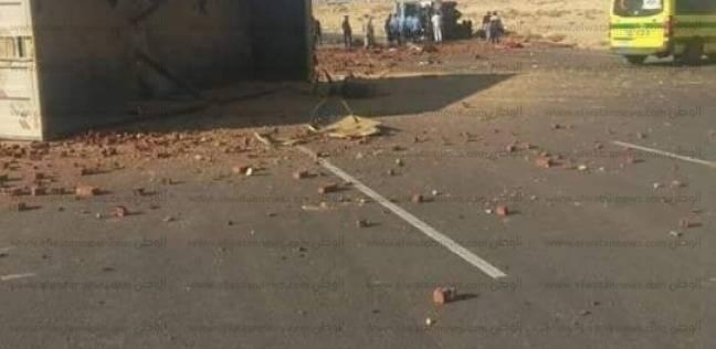 بالصور  مقتل 5 وإصابة 2 آخرين في حادث تصادم سيارتين على طريق العلمين