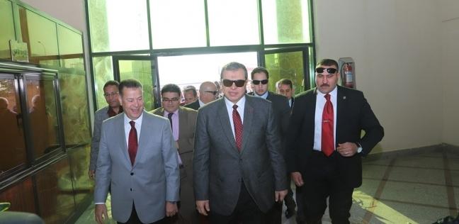 """وزير القوى العاملة يوزع شهادات """"أمان"""" ويزور مصنع """"الخميرة"""" في بني سويف"""
