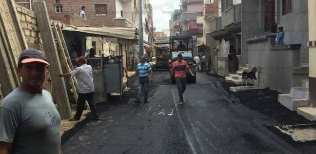 مد أعمال الرصف بمدخل مستعمرة العامرية بالإسكندرية