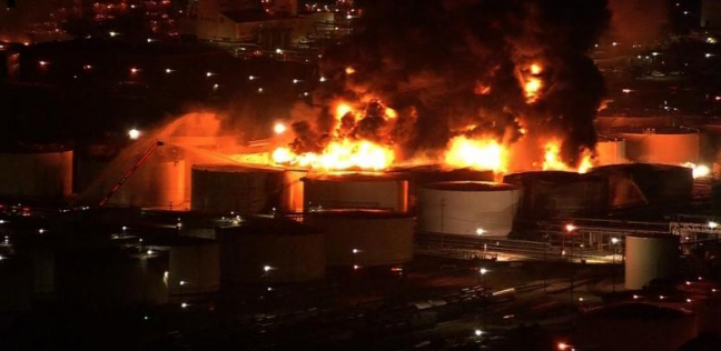 فيديو| مشتعل منذ 24 ساعة.. حريق هائل يلتهم محطة بتروكيماويات بأمريكا