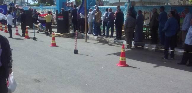 زحام أمام لجان المدرسة الإعدادية في دشنا