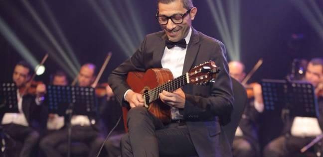 العازف وحيد ممدوح يعيد الروح للعندليب بأغنية في جدة