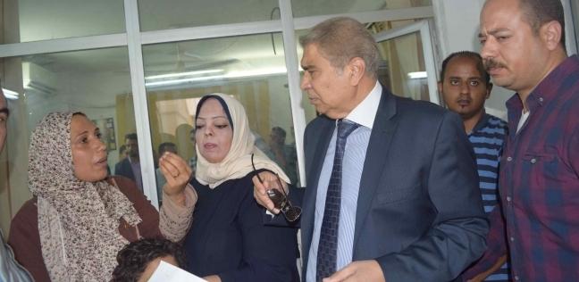 محافظ المنيا يلتقي عددا من المواطنين لبحث مشكلاتهم وحلها