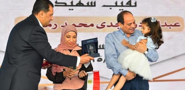 والدة الطفلة لارين التي حملها السيسي: أب عطوف وأكل بنتي كأنها حفيدته