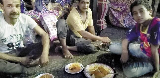 الفطار داخل شوادر الفوانيس.. رمضان ما يحلاش غير باللمة