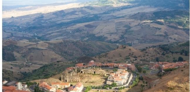 بلدة تعرض مكافأة أكثر من 472 ألف جنيها لمن يهاجر إليها: عايزة سكان