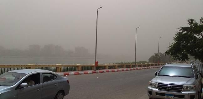 """عاصفة ترابية تضرب سوهاج.. و""""المرور"""" يغلق الطريق الصحراوي الغربي"""