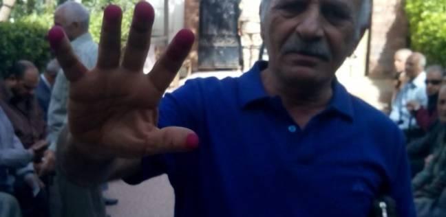 """ناخب يصوت بـ""""الخمسة"""" في لجنة بالجيزة: """"مش عايزين نبقى زي سوريا واليمن"""""""