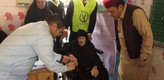 """أكبر معمرة بقبائل مطروح 110 عامًا تدلي بصوتها بالانتخابات بـ""""زغروتة"""""""