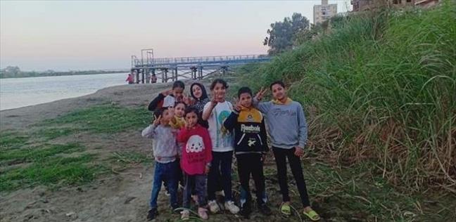 خال يأخذ 8 من أولاد شقيقاته لتنظيف شاطئ النيل