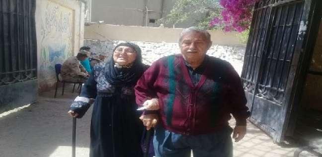 محافظ الجيزة يحقق رغبة «مسنة» وزوجها فى التصويت