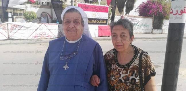 """راهبة وشقيقتها """"ساندين بعض"""" من المنصورة لـ القاهرة: عايزين السيسي يكمل"""