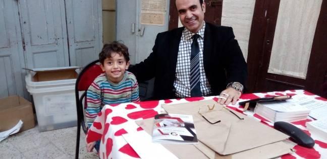 """طفل يترك والدته ويسلم على رئيس لجنة جيهان السادات: """"حضرتك السيسي؟"""""""