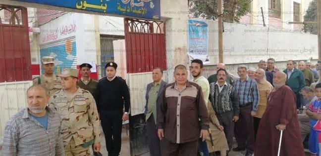 محافظ الإسكندرية يدلي بصوته.. ويطمئن على انتظام عمليات الاقتراع