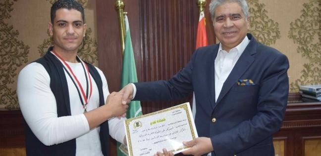 محافظ المنيا يكرم الحاصل على المركز الثاني في بطولة مصارعة الذراعين