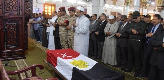 أهالي بني سويف يشيعون جثمان شهيد العريش في جنازة عسكرية