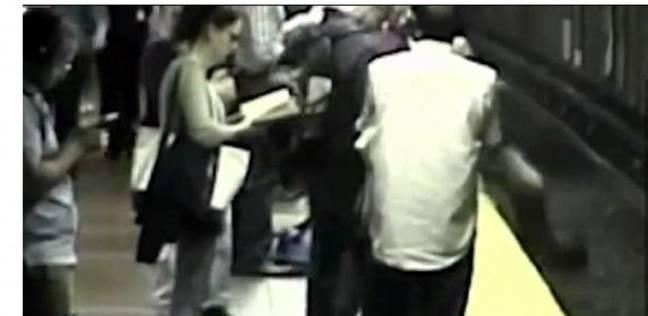 بالفيديو| لحظة سقوط فتاة أمريكية على قضبان المترو