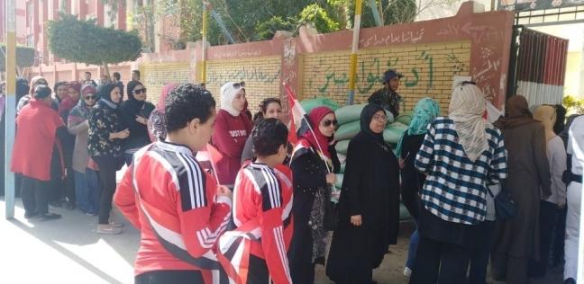إقبال كثيف بلجان بورسعيد.. والمرأة تتصدر بصور السيسي وأعلام مصر