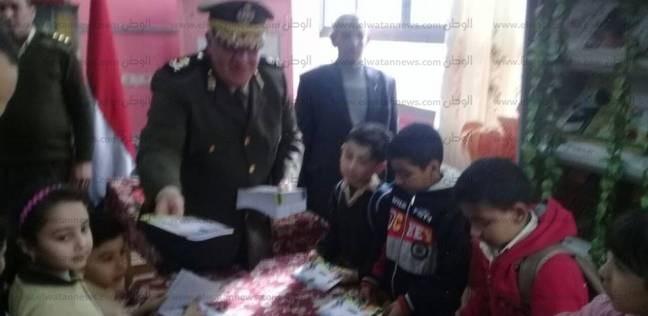 بالصور| أمن الغربية يوزع أدوات مدرسية مجانية على طلاب مدارس كفر الزيات